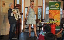 Frauke Wilhelm entführt in das laszive Milieu einer Hafenbar