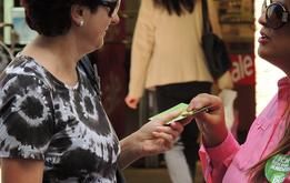 Sülmez Dogan verteilt Euros. Aus Schokolade.