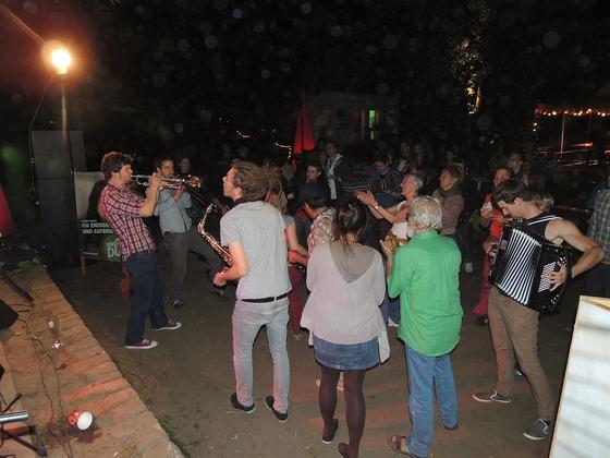 Tanz beim Sommerfest mit Skalinka