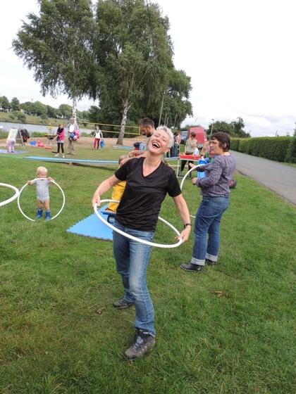 Marie nimmt's sportlich - auf dem Grünen Kinderfest am Café Sand.