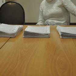 Gestapelte Wahlzettel nach der Auszählung im Wahlbezirk 2077 von links nach rechts: Kommunistische Partei, Jabloko, einiges Russland.