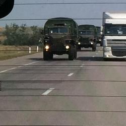 """""""Hilfskonvoi"""" flankiert vom russischen Militär by Steve Roenberg (@BBCSteveR)"""